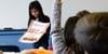 estudiante en clase de español levantando la mano