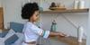 niña ayudando en las tareas del hogar