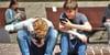 Niños utilizando sus teléfonos móviles