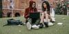 estudiantes universitarios se preparan el examen oficial de inglés en el campus