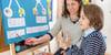estudiante aprendiendo matemáticas en pizarra