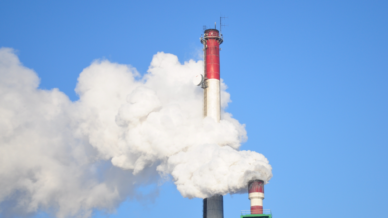 Energy-efficient CO2 capture and release using magnetic materials
