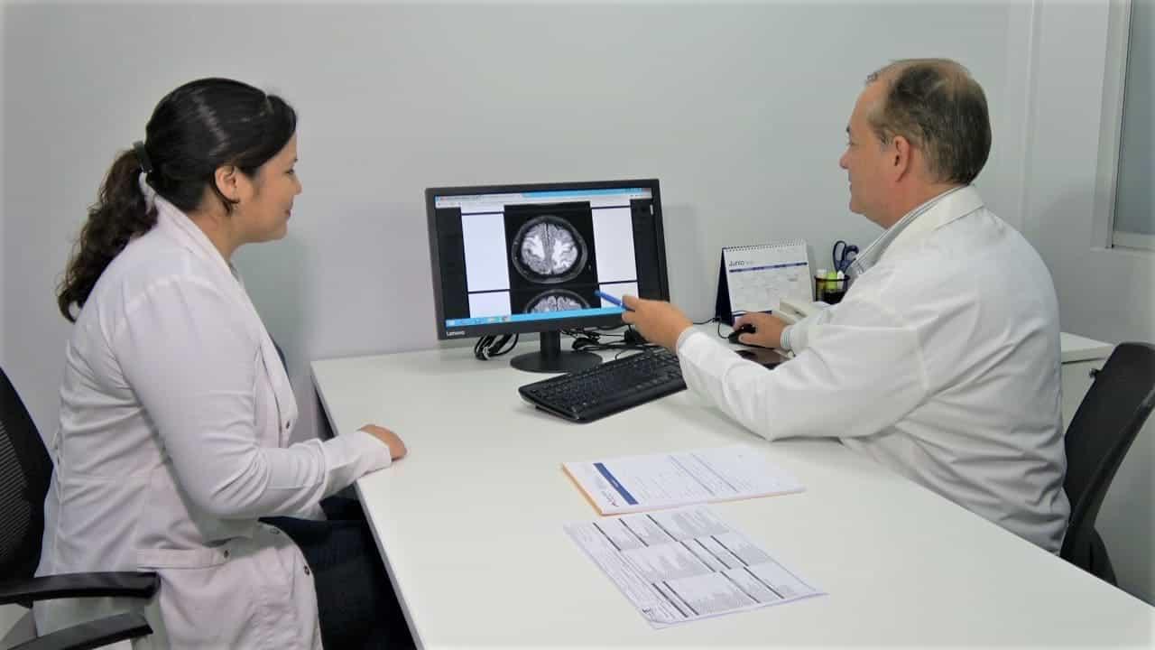 doctores de gamma knife viendo imagenes de un cerebro en un computador