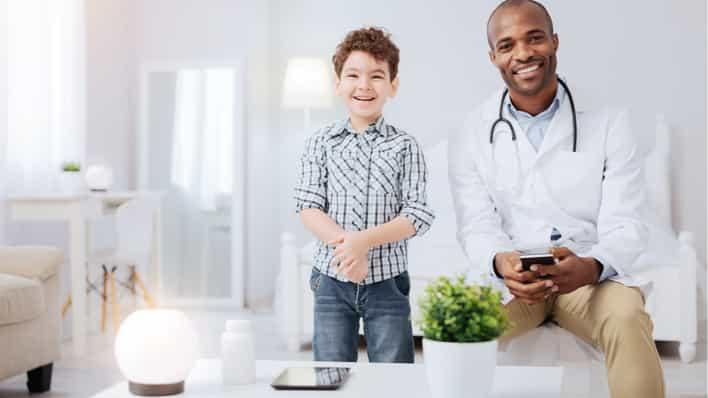 doctor y niño en consulta medica