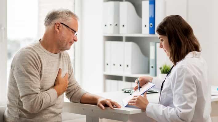 doctora en consultorio con un paciente anciano