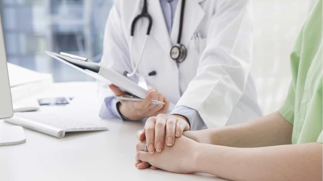 doctora explicando su diagnostico a hombre joven