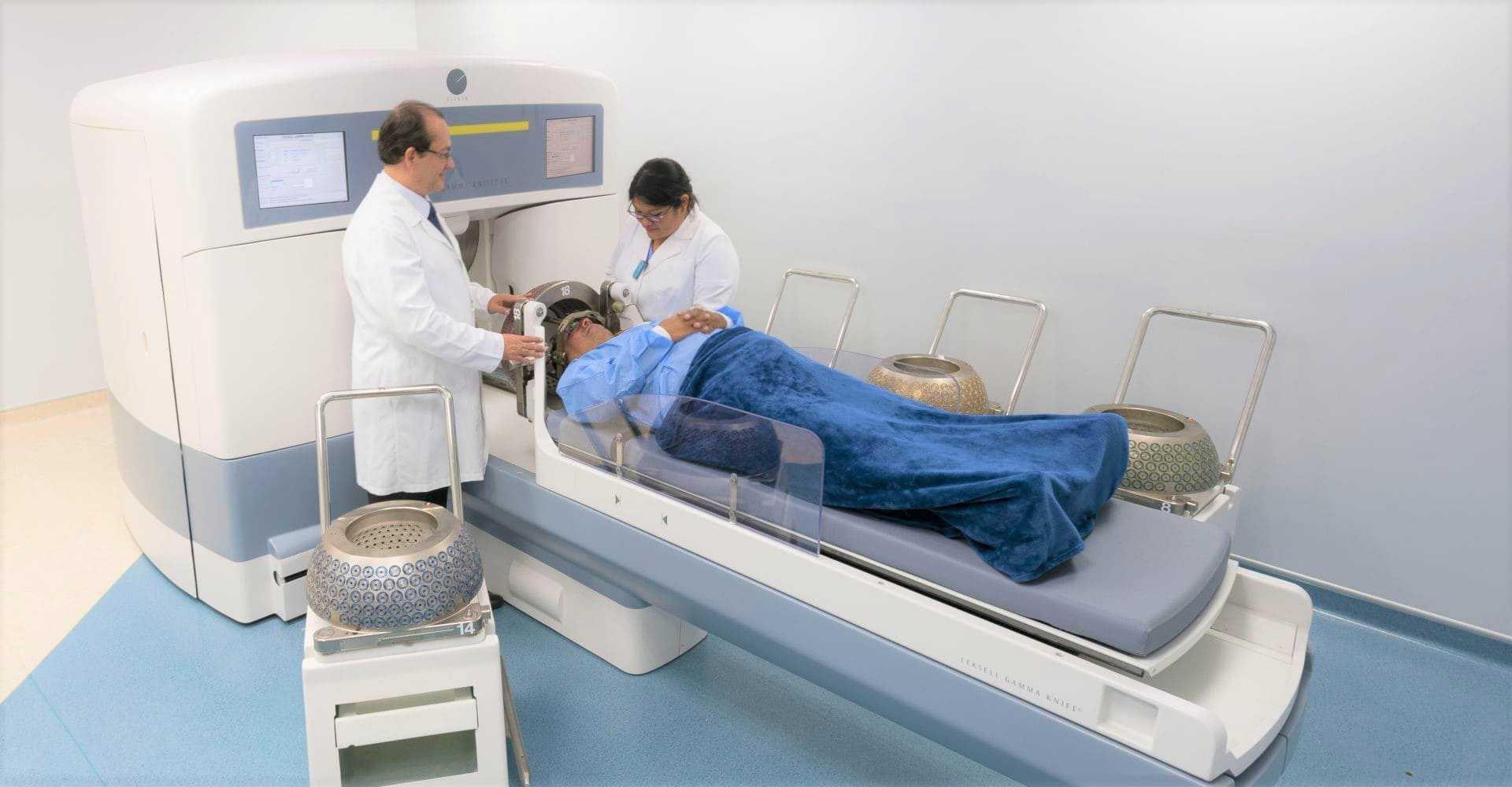 doctores de gamma knife tratando a una paciente de radiocirugia