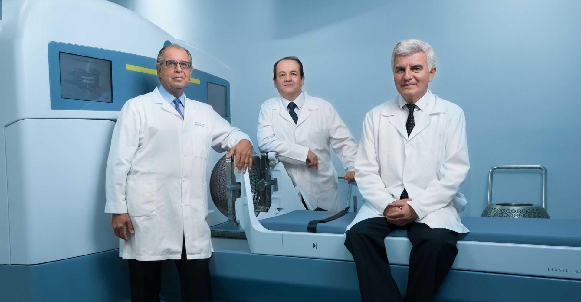 doctores de gamma knife sentados frente a la maquina de radiocirugia