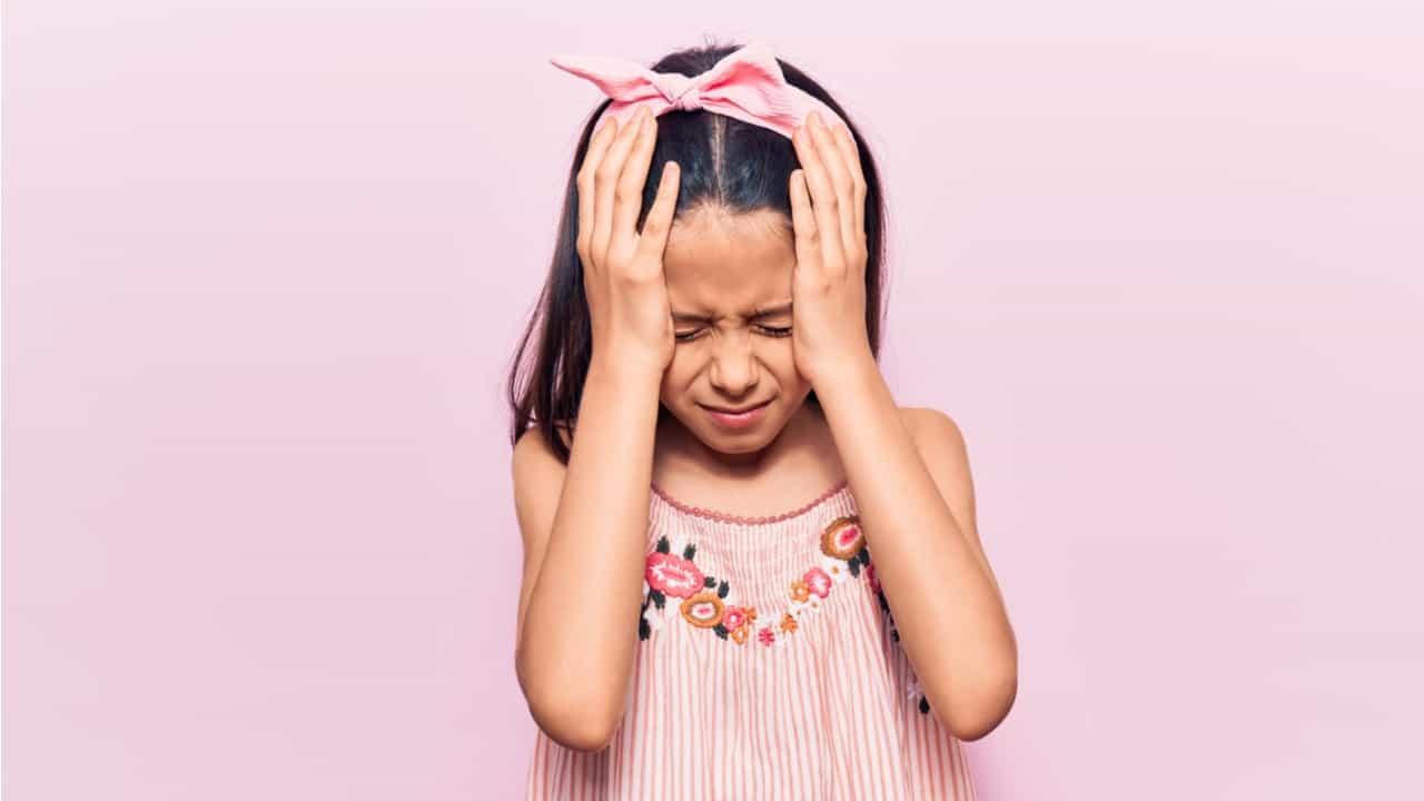 niña con dolor de cabeza