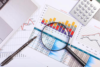 What are the financial KPIs of a retail company?