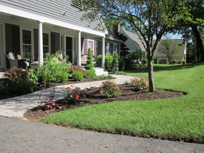Front yard landscaping adds curb appeal for Curb appeal landscaping ideas